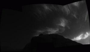 """Ровер Curiosity снял на Марсе уникальные """"сияющие"""" облака: их можно увидеть лишь раз в два года"""