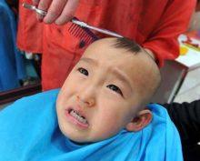 Расстроенный ребенок вызвал полицейских из-за неудачной стрижки