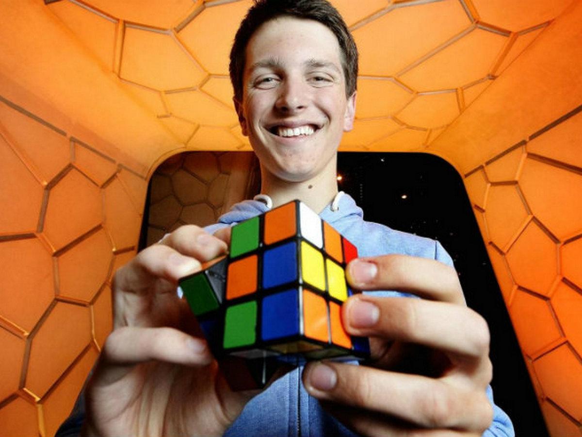Команда игроков установила мировой рекорд в сборке кубика Рубика