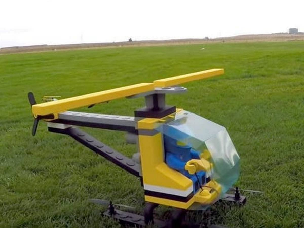 Полет игрушечного вертолёта из Lego сняли на видео