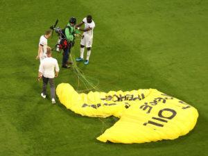 Активист Гринпис приземлился на поле Евро-2020