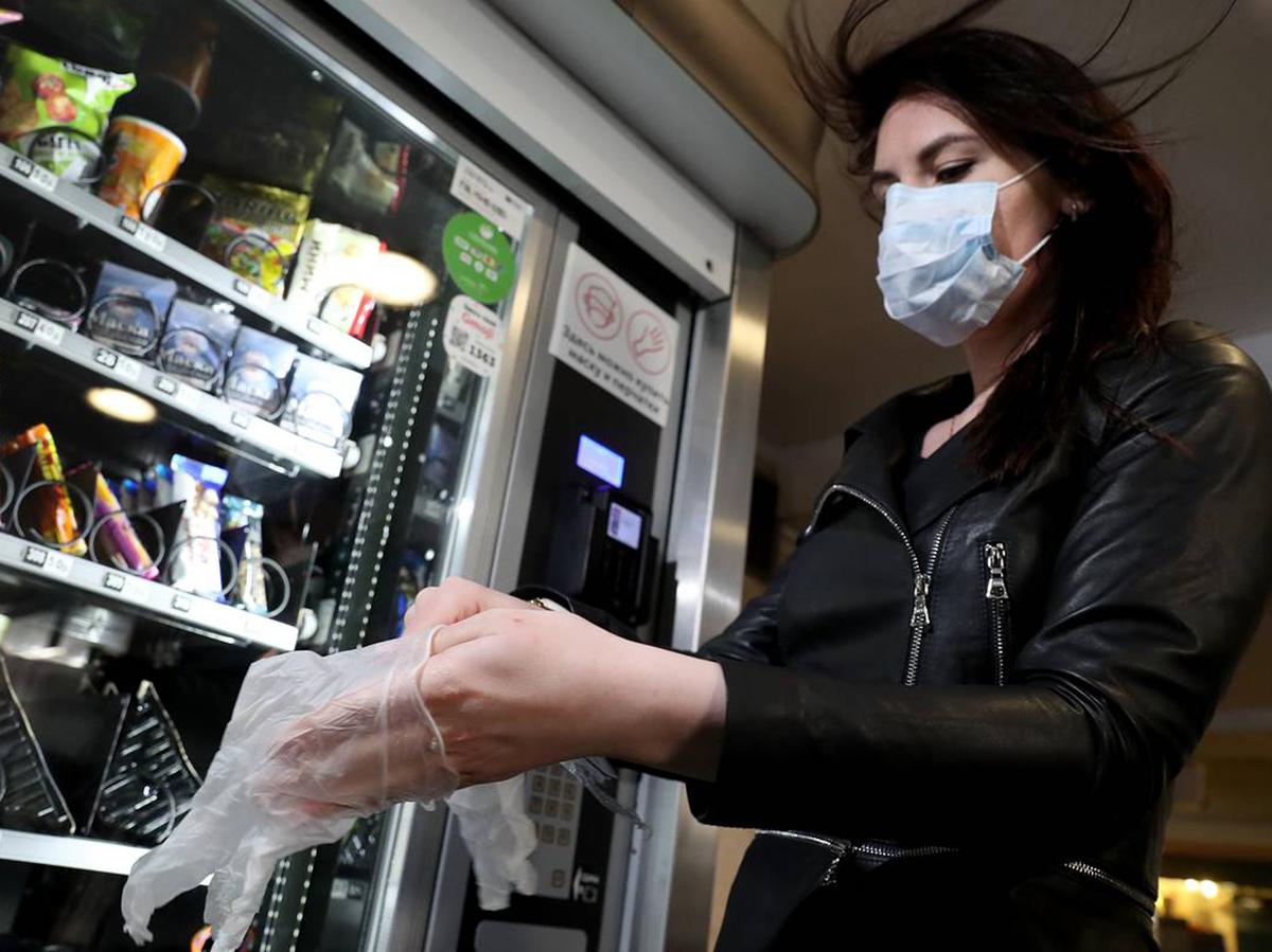 В Москве усилят контроль за ношением масок и перчаток в ТЦ, кафе и метро