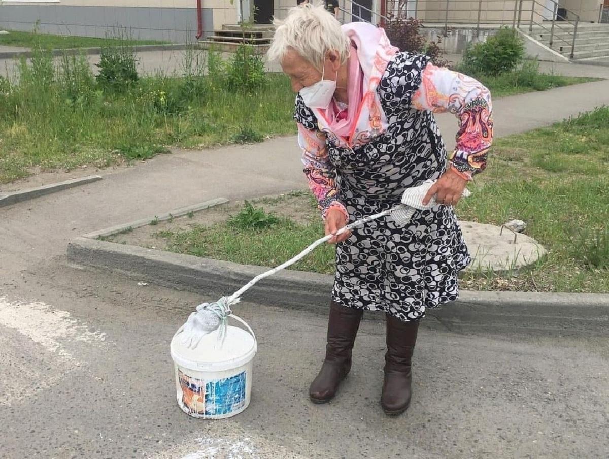На Алтае пенсионерка, не дождавшись чиновников, сама нарисовала «зебру» на дороге