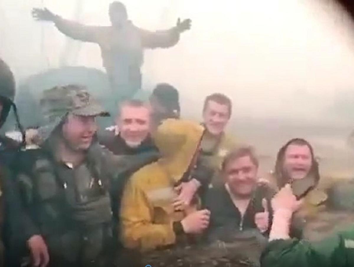 «Чуть не сдохли!»: тюменские пожарные чудом спаслись от огня, засняв себя на видео