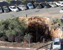 В Израиле сняли на видео, как парковка с автомобилями проваливается под землю