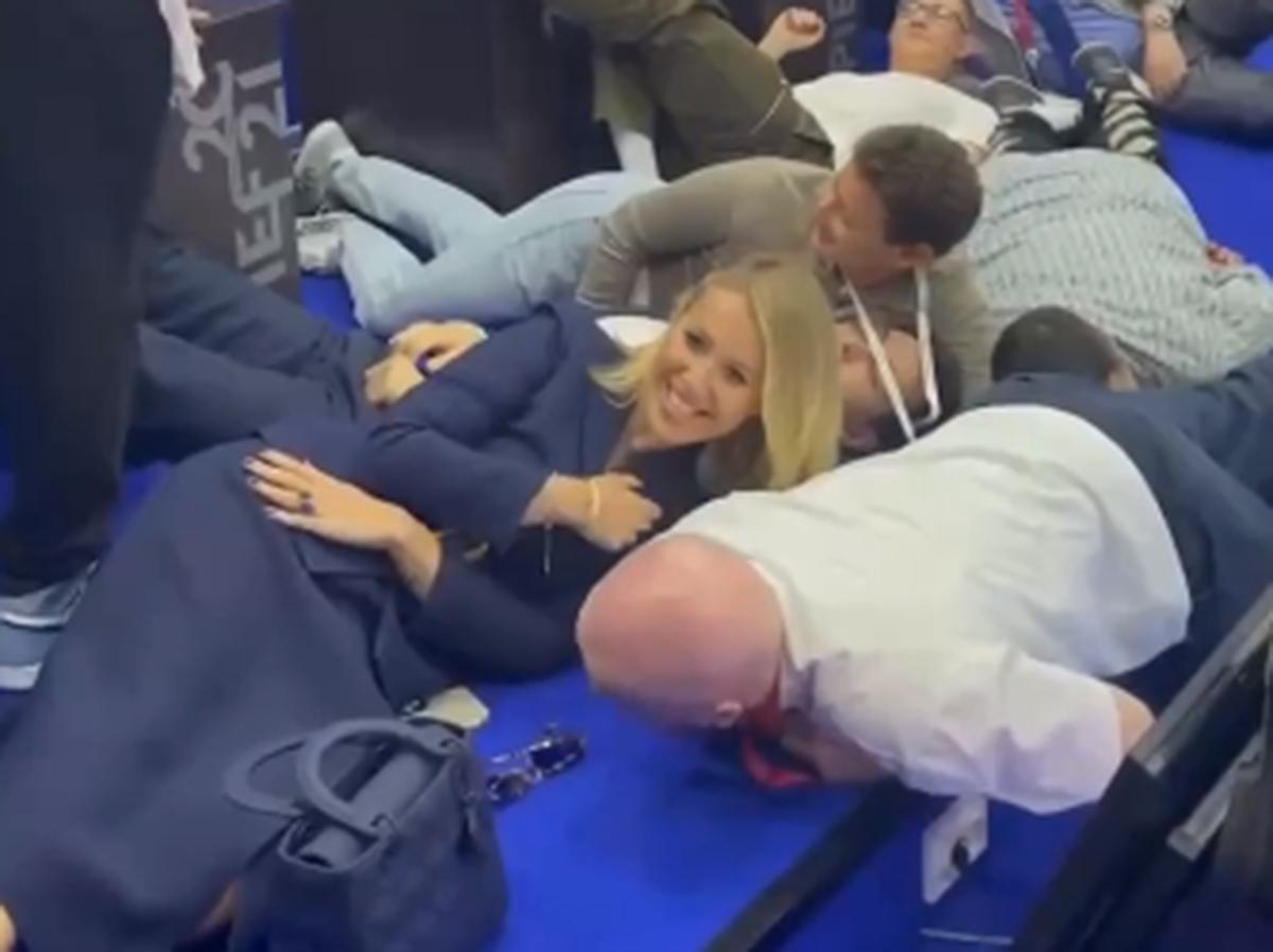 Собчак лежит на полу ПМЭФ