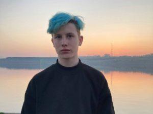 «Твои зеленые волосы все испортили»: на Урале студенту снизили оценку за внешний вид