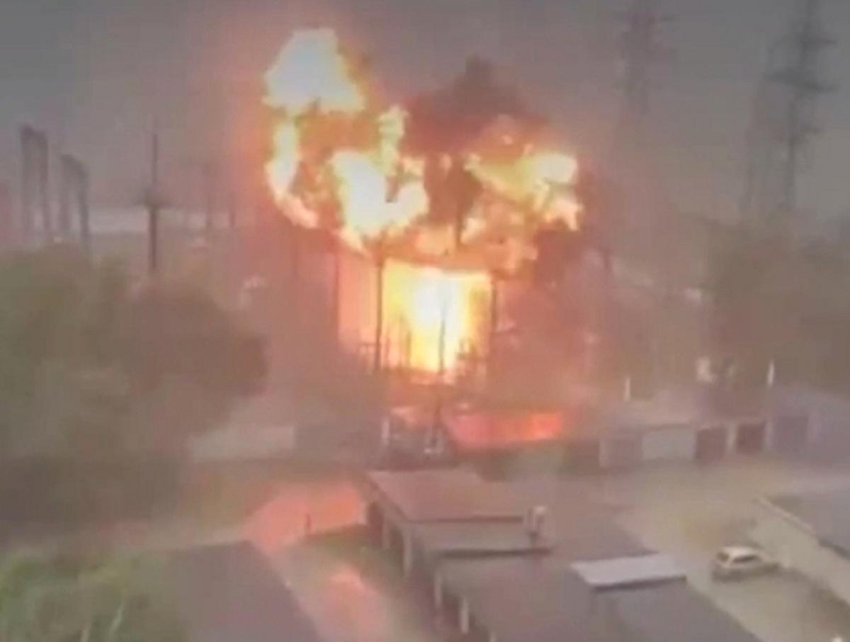 Взрыв трансформаторной подстанции в суперливень в Москве засняли на видео