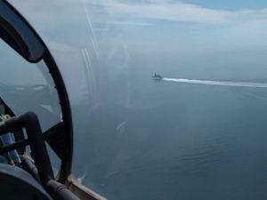 В Сети появилось видео пролета над британским эсминцем