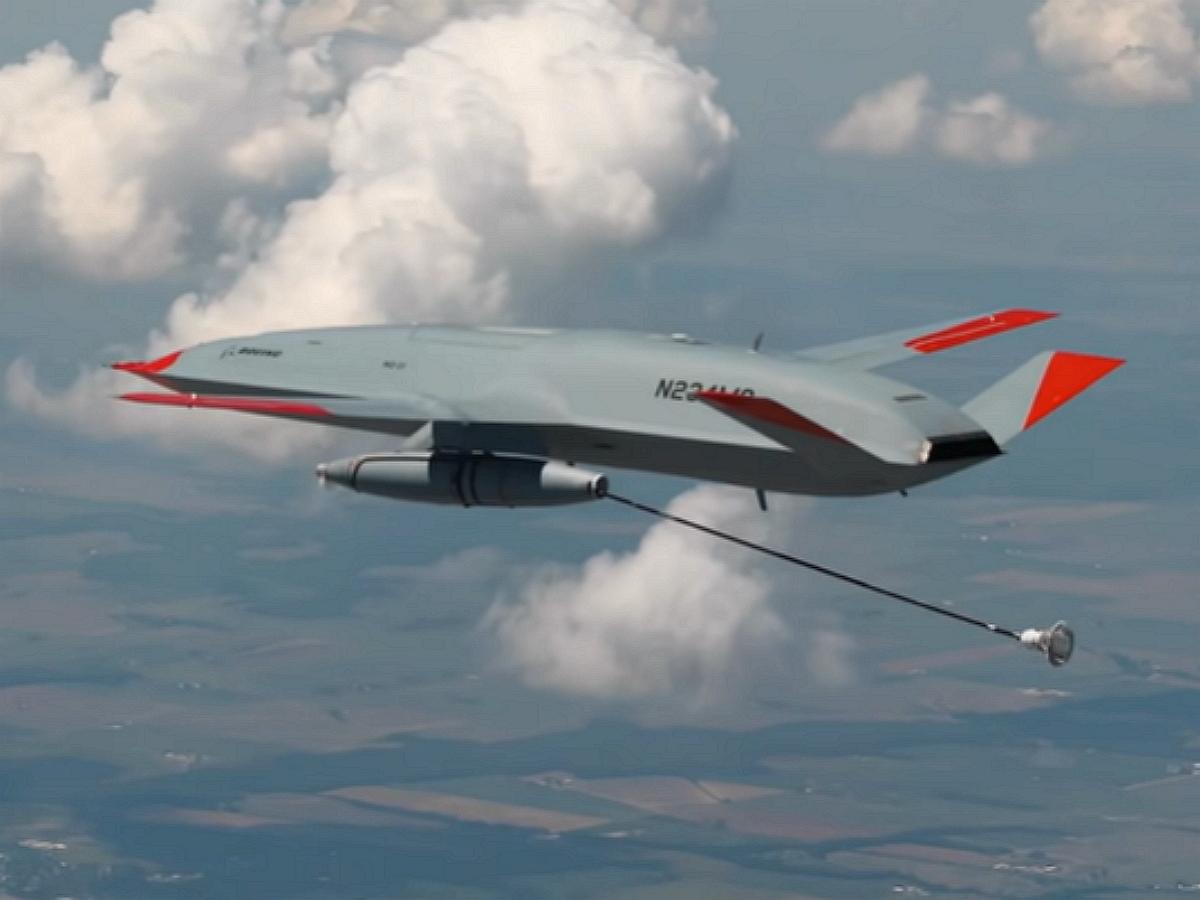 Беспилотник впервые в истории авиации заправил истребитель в воздухе: опубликовано видео