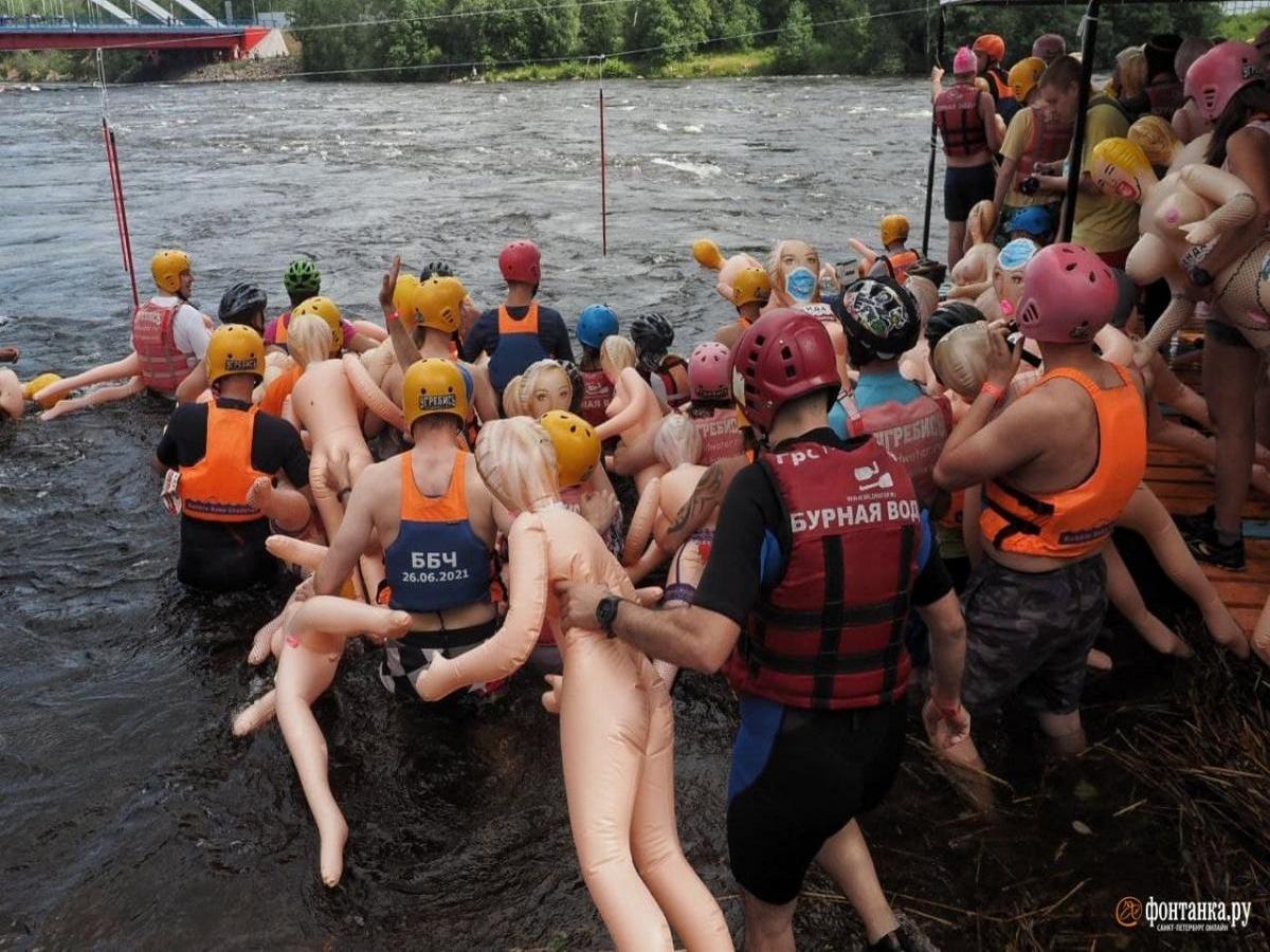 В соревнованиях с секс-куклами приняли участие сотни пловцов