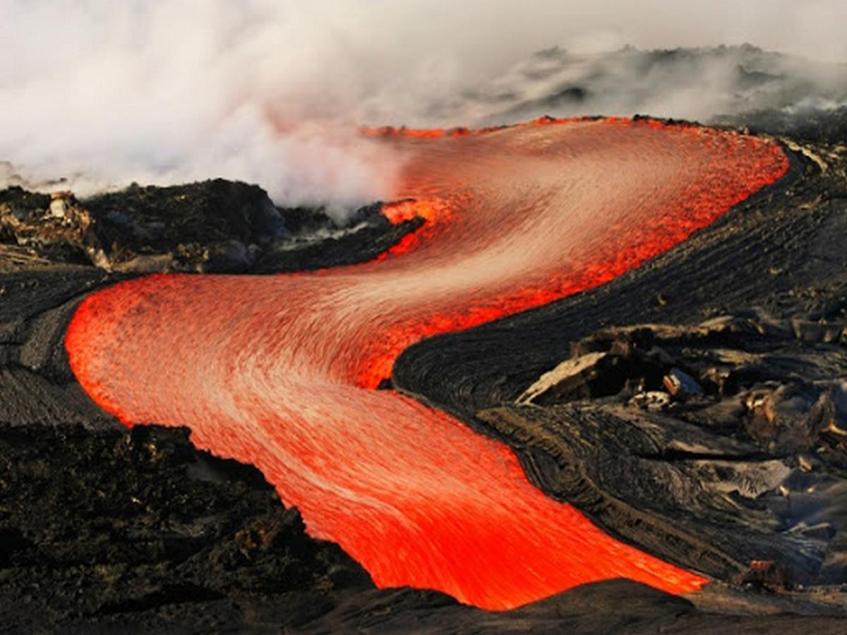 В Исландии вулканическая лава прорвала дамбу