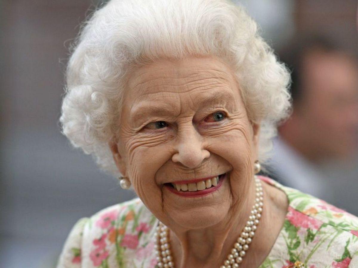 Елизавету II захейтили за рассекание пирога