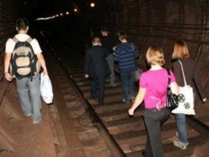 Сотни человек эвакуировали изметро Петербурга из-за аварии в тоннеле