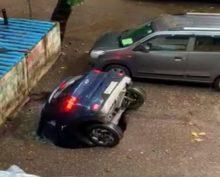 В Индии после сильных ливней машина ушла под воду прямо на стоянке