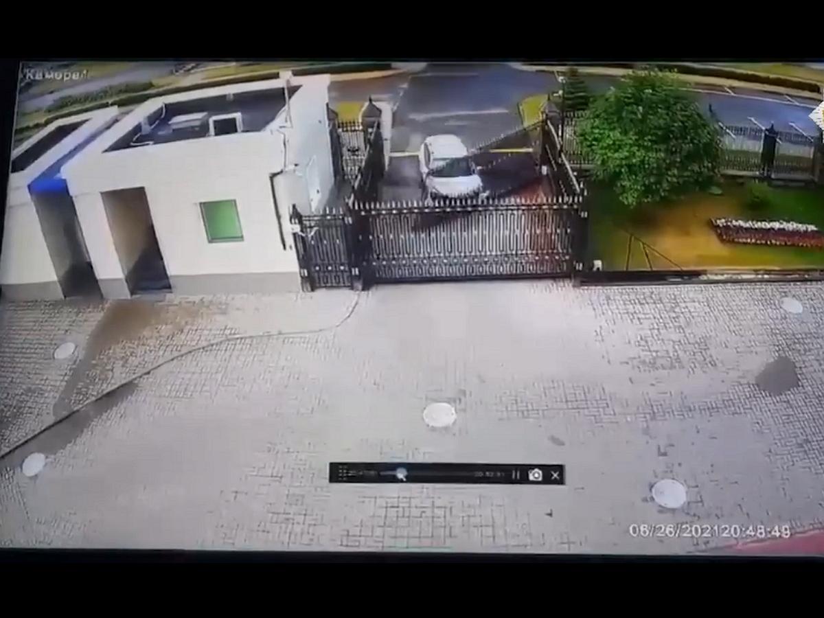 В Сети появилось видео, как наркоман протаранил ворота посольства России в Минске