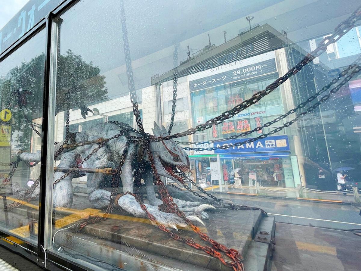В Токио грузовик возит по улицам монстра в прозрачной клетке