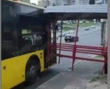 В Киеве остановка врезалась в троллейбус