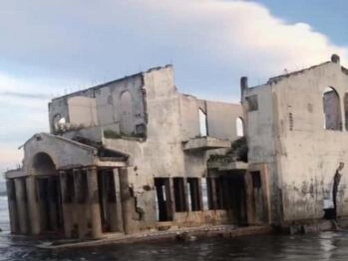 Блогер выложил видео старого особняка в воде, вызвав приток туристов