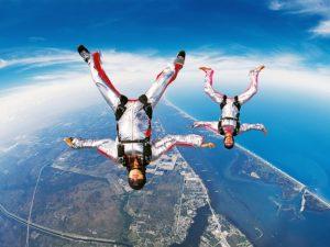 Скайдайвер спас друга, раскрыв его парашют на высоте 3000 метров