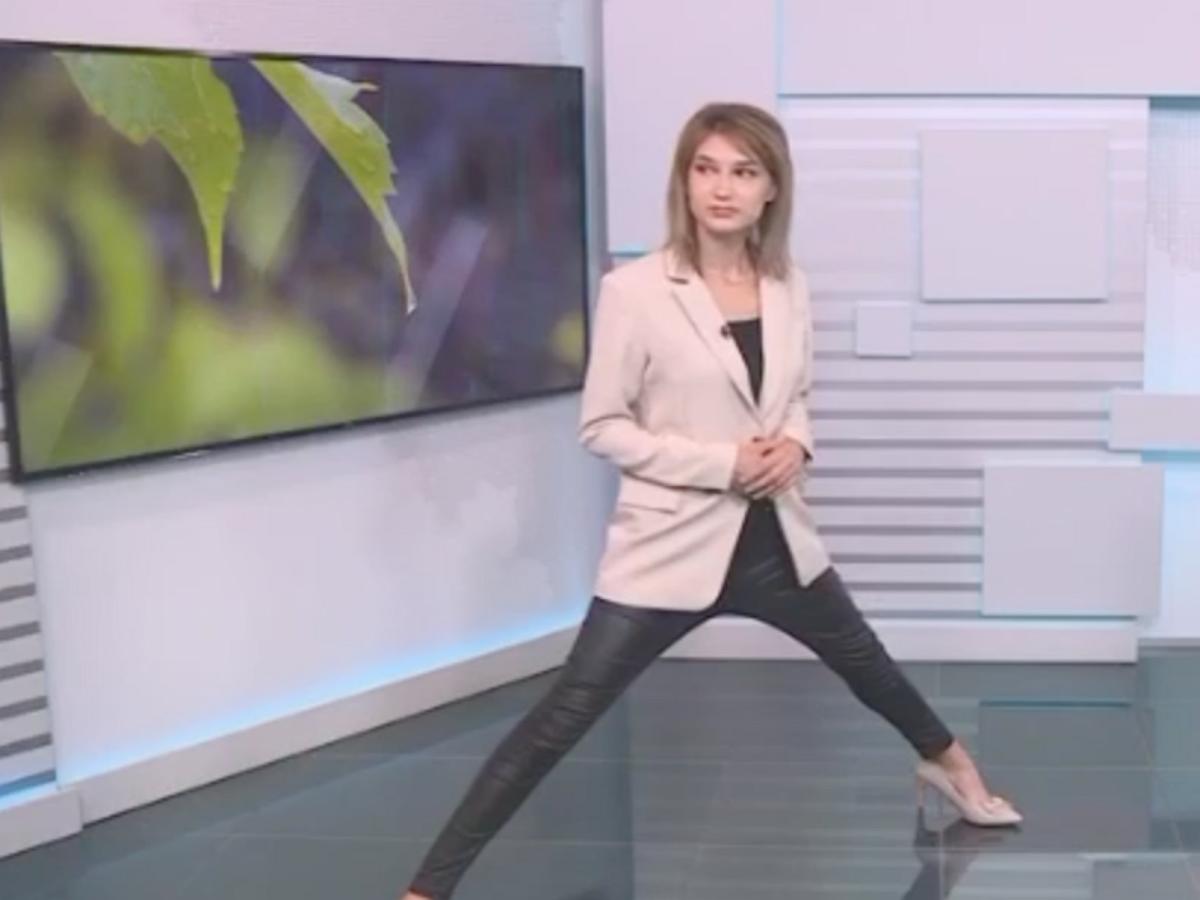 Телеведущая из Уфы ведет прогноз погоды в очень странной позе