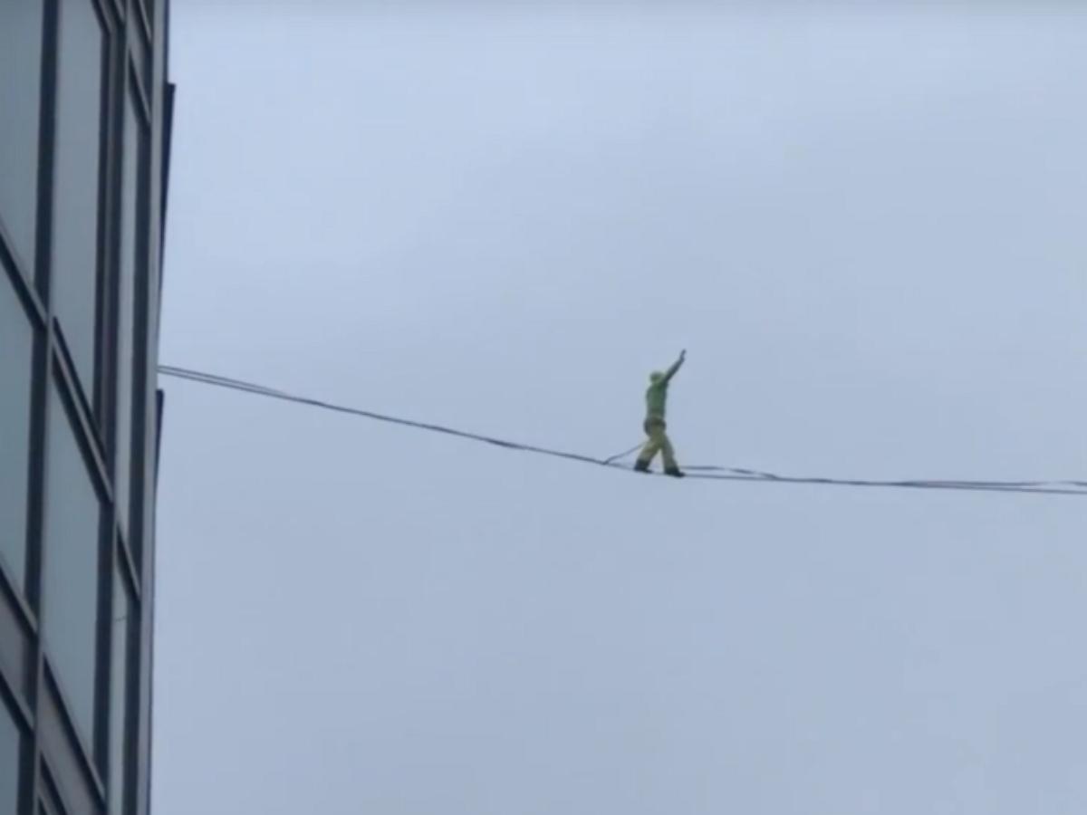 В Риге экстремал прогулялся по канату между высотками