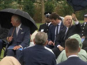 Борис Джонсон насмешил публику тщетной борьбой с зонтом