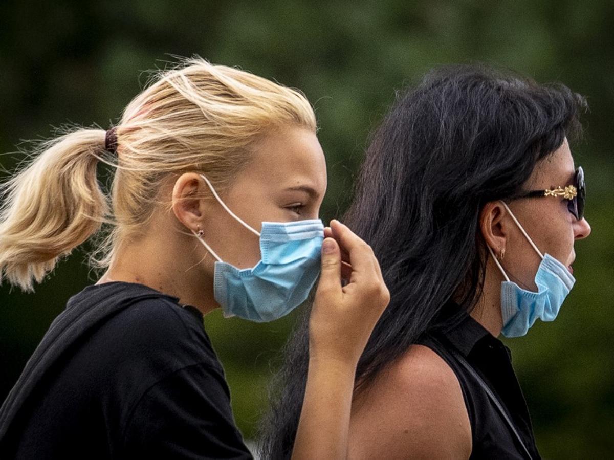 Люди на улице в масках