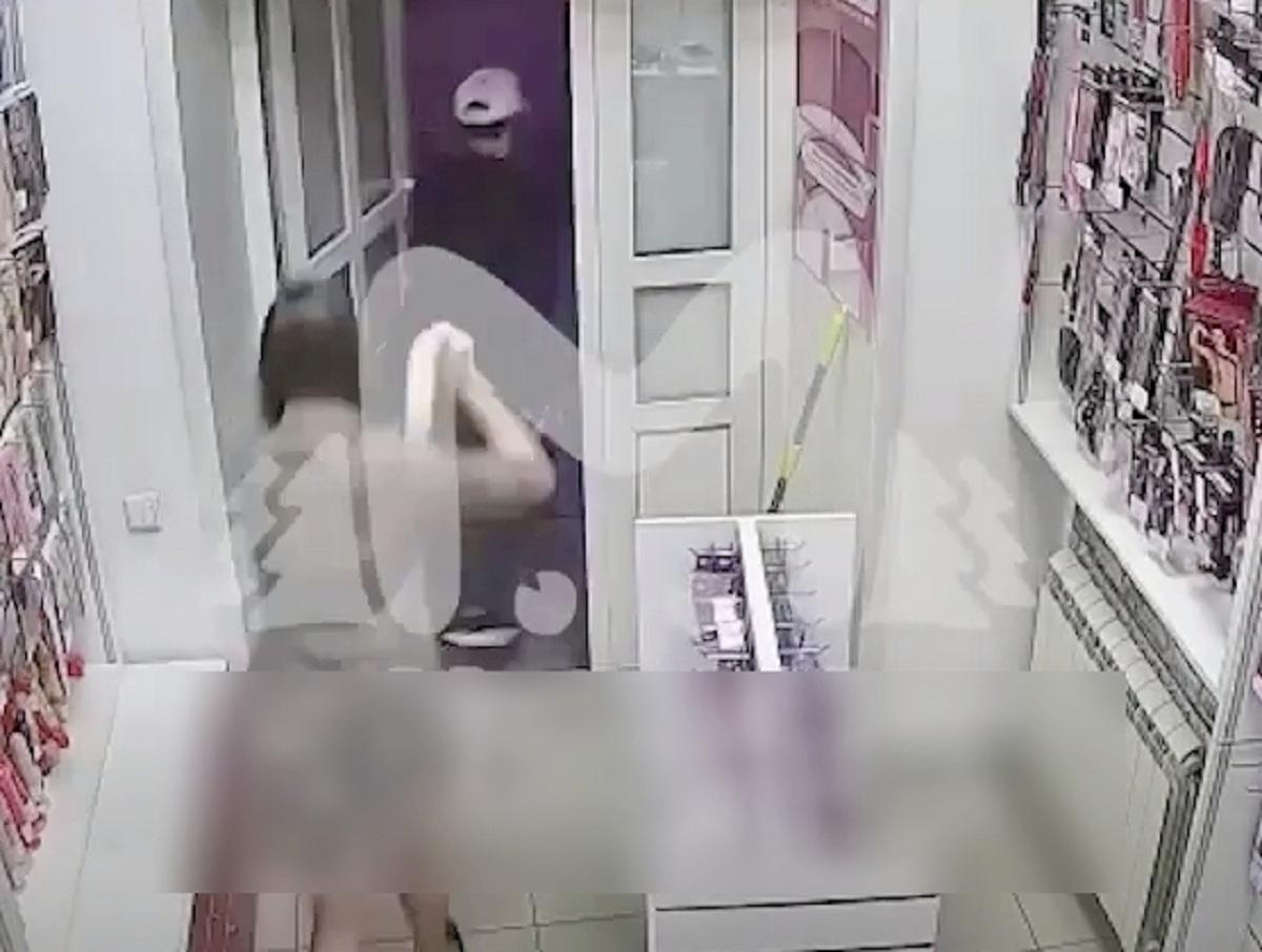 Сибирская продавщица секс-шопа отбилась от грабителя резиновым фаллоимитатором