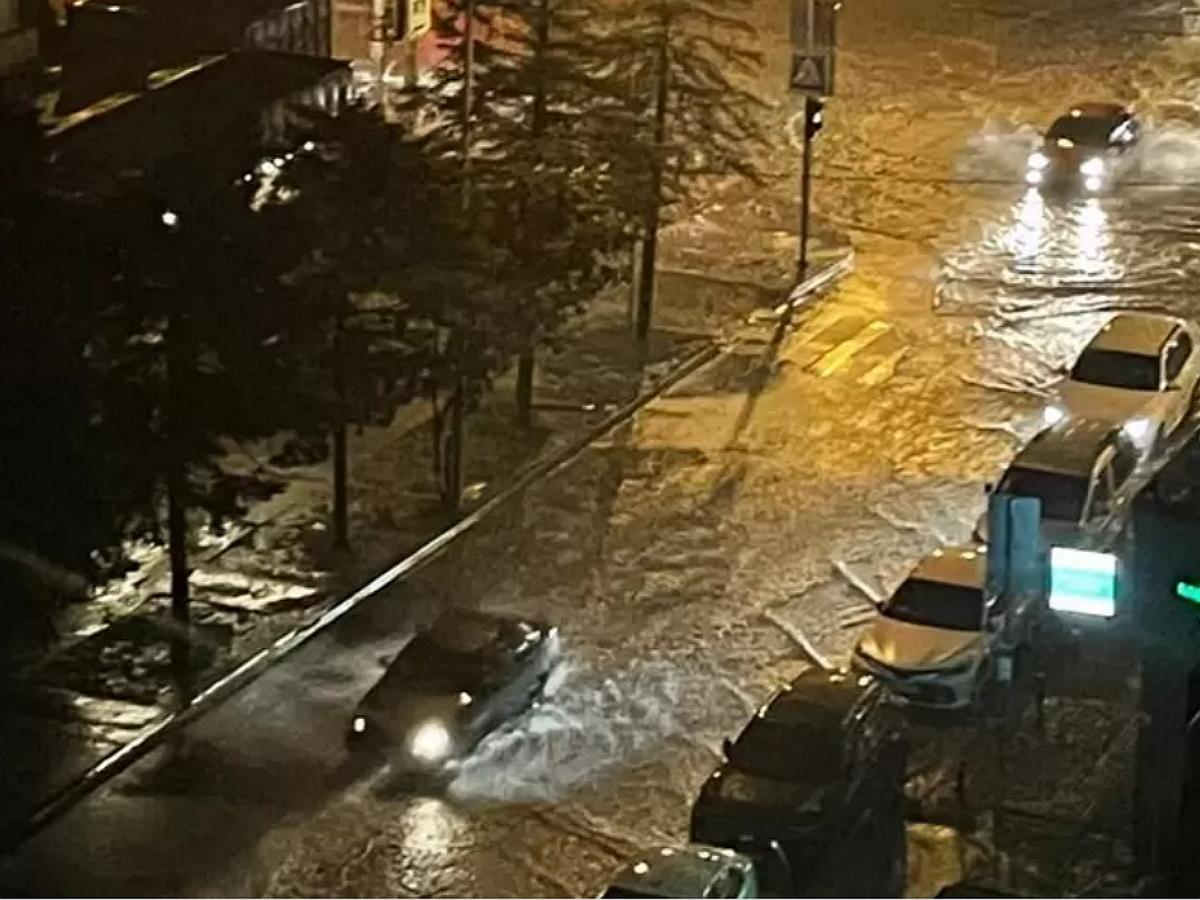 Аномальная жара в Ростове-на-Дону сменилась тропическим ливнем, затопив город