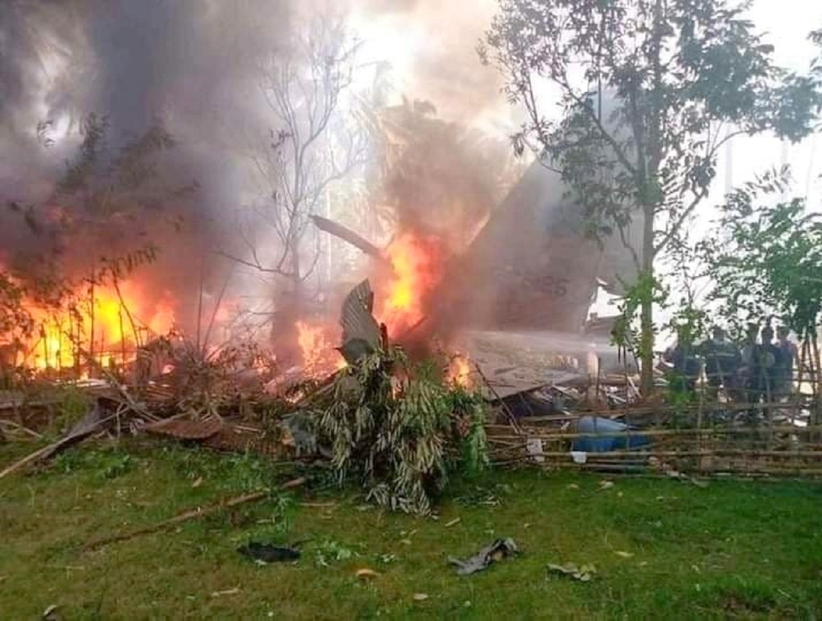 На Филиппинах разбился военный самолет, на борту которого было 85 человек