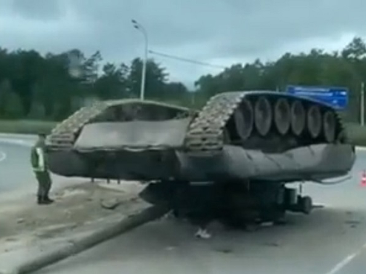 В Южно-Сахалинске на дороге перевернулся танк