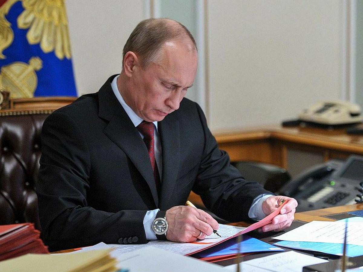 Путин поручил освободить семьи с детьми от налога при продаже жилья