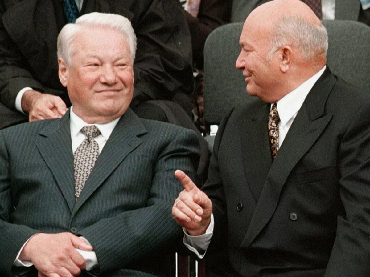 Фото Ельцина и Лужкова на фоне трусов обсуждают в Сети