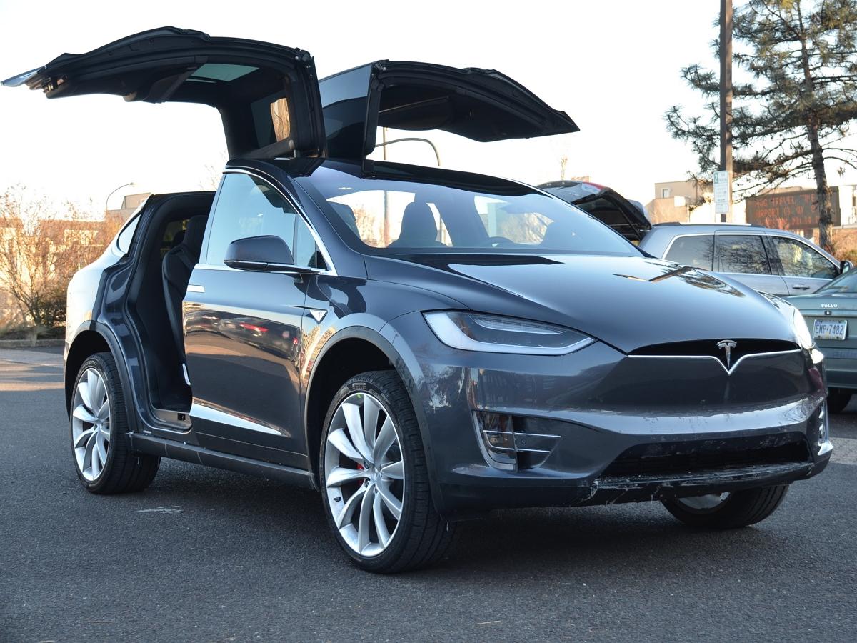 Автомобиль Tesla странно реагирует на Луну