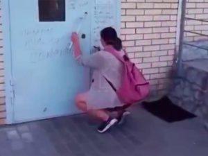В Москве женщина отомстила бывшему, испортив дверь подъезда