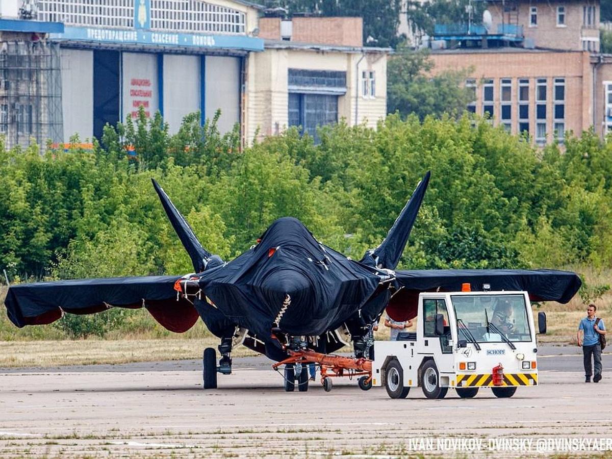 В Сети появились новые фото новейшего российского истребителя на базе Су-57