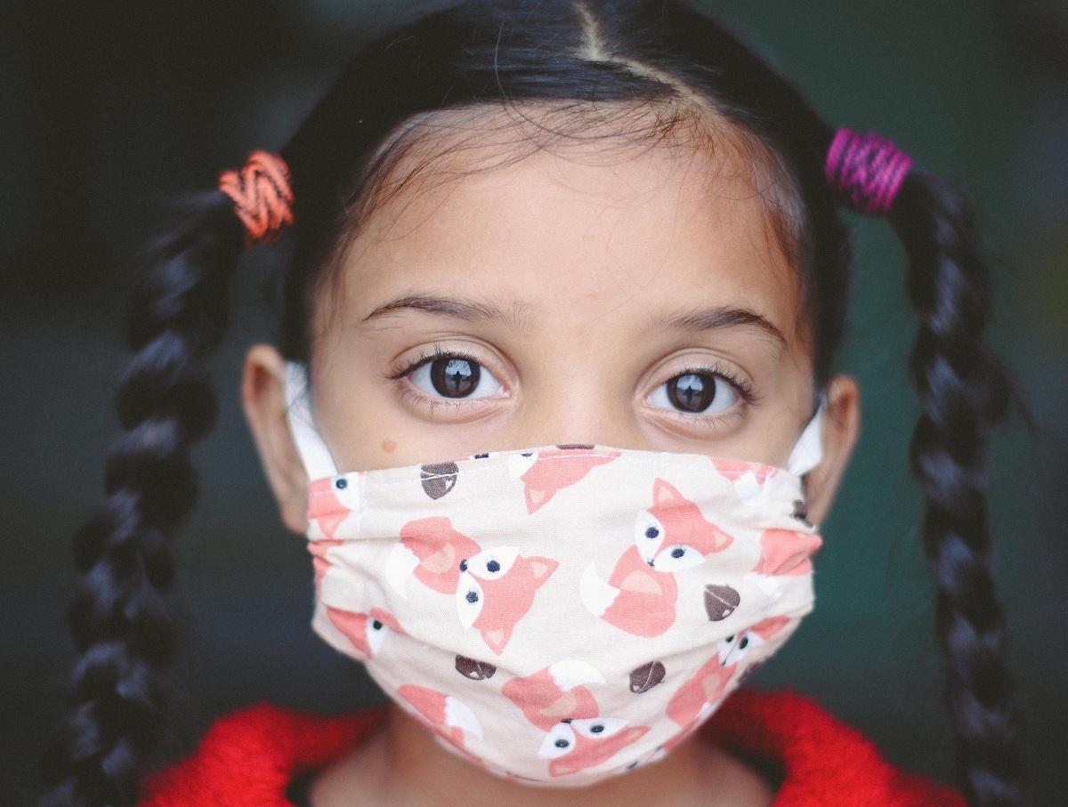 Ученые перечислили ранние симптомы коронавируса у молодежи и пожилых