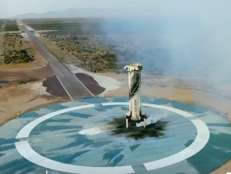 Глава Amazon Джефф Безос с группой туристов слетал в космос на 10 минут