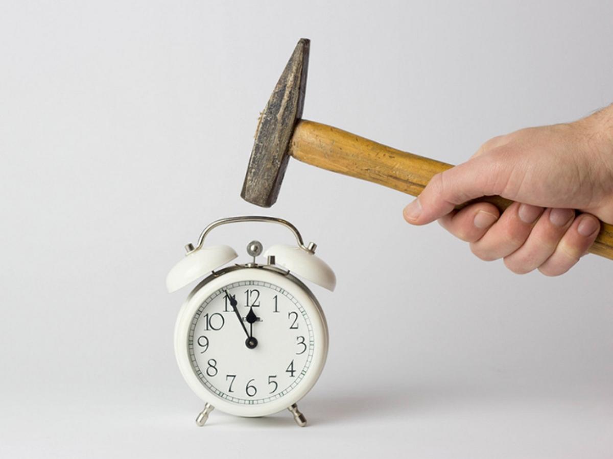 Мстительный сосед отомстил за еженощные фейерверки: теперь во всех домах будильники звонят в 6 утра