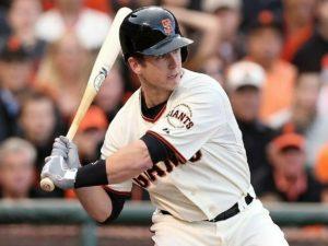Фанат бейсбола стал звездой сети, поймав мяч рукой, не уронив при этом дочь и пиво