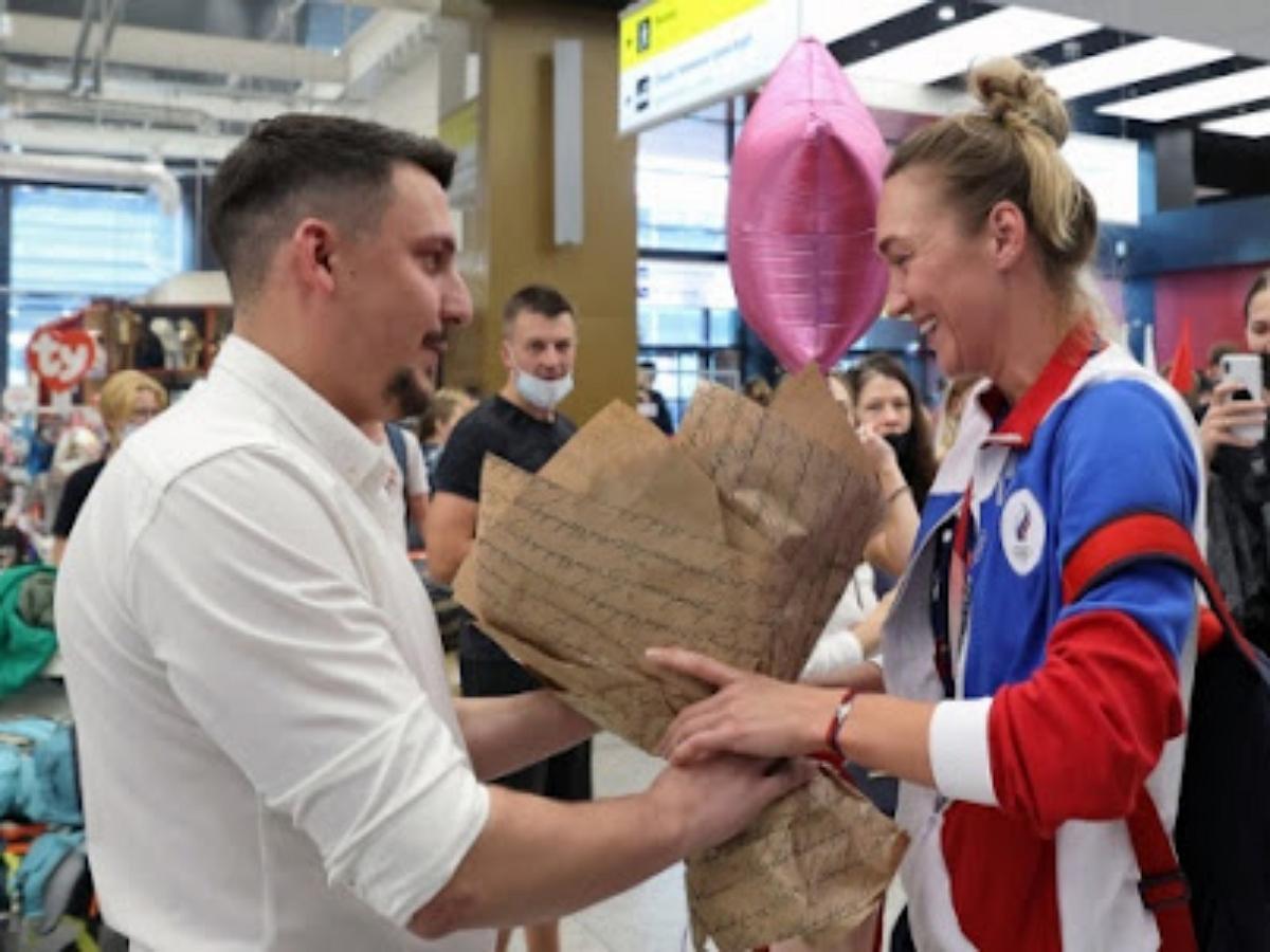 Серебряную призерку Олимпиады Анастасию Логунову встретили в аэропорту предложением руки и сердца