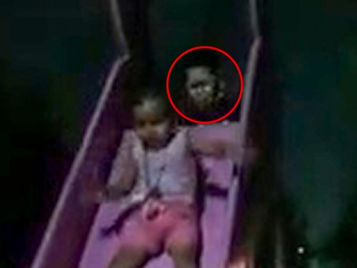 """Мать случайно сняла на видео жуткого призрака, """"толкающего с горки"""" ее дочь"""