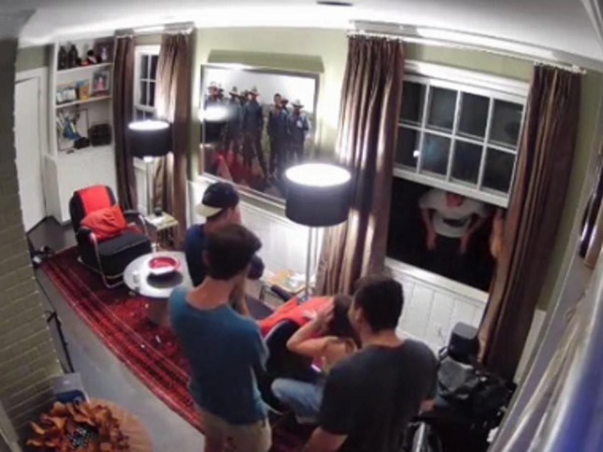 Отец проучил сына и его друзей, привыкших лазить в дом через окно
