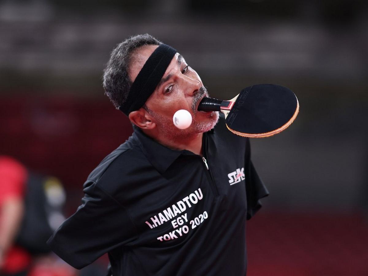 48-летний спортсмен из Египта стал легендой Паралимпийской олимпиады, победив в настольном теннисе без рук