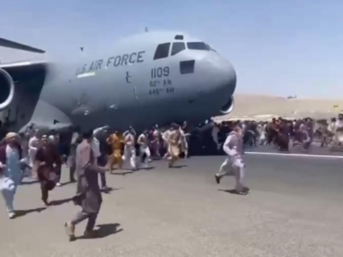Видео падения людей с шасси улетающего из Кабула самолета шокировало мир (ВИДЕО)
