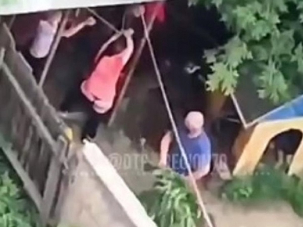 Двух девушек избили крапивой