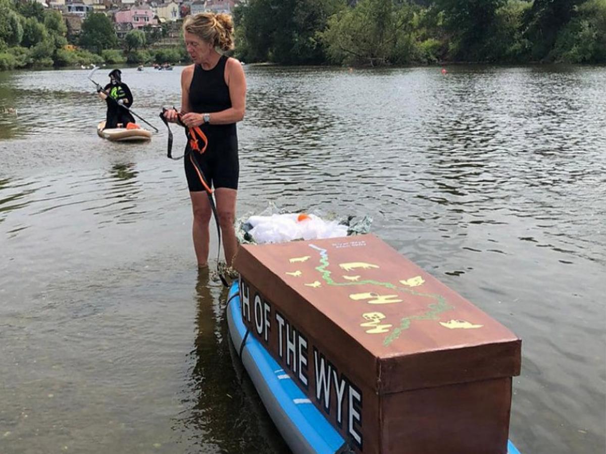 Британская пловчиха устроила заплыв с гробом, чтобы обратить внимание властей на загрязнение водоемов