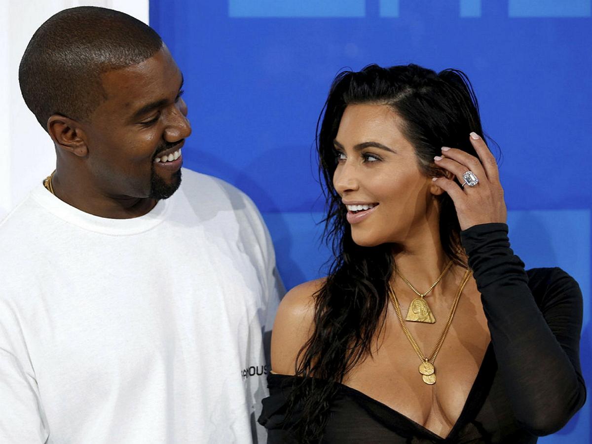 Ким Кардашьян появилась в платье невесты на презентации нового альбома бывшего мужа Канье Уэста. Сам рэпер поджег себя