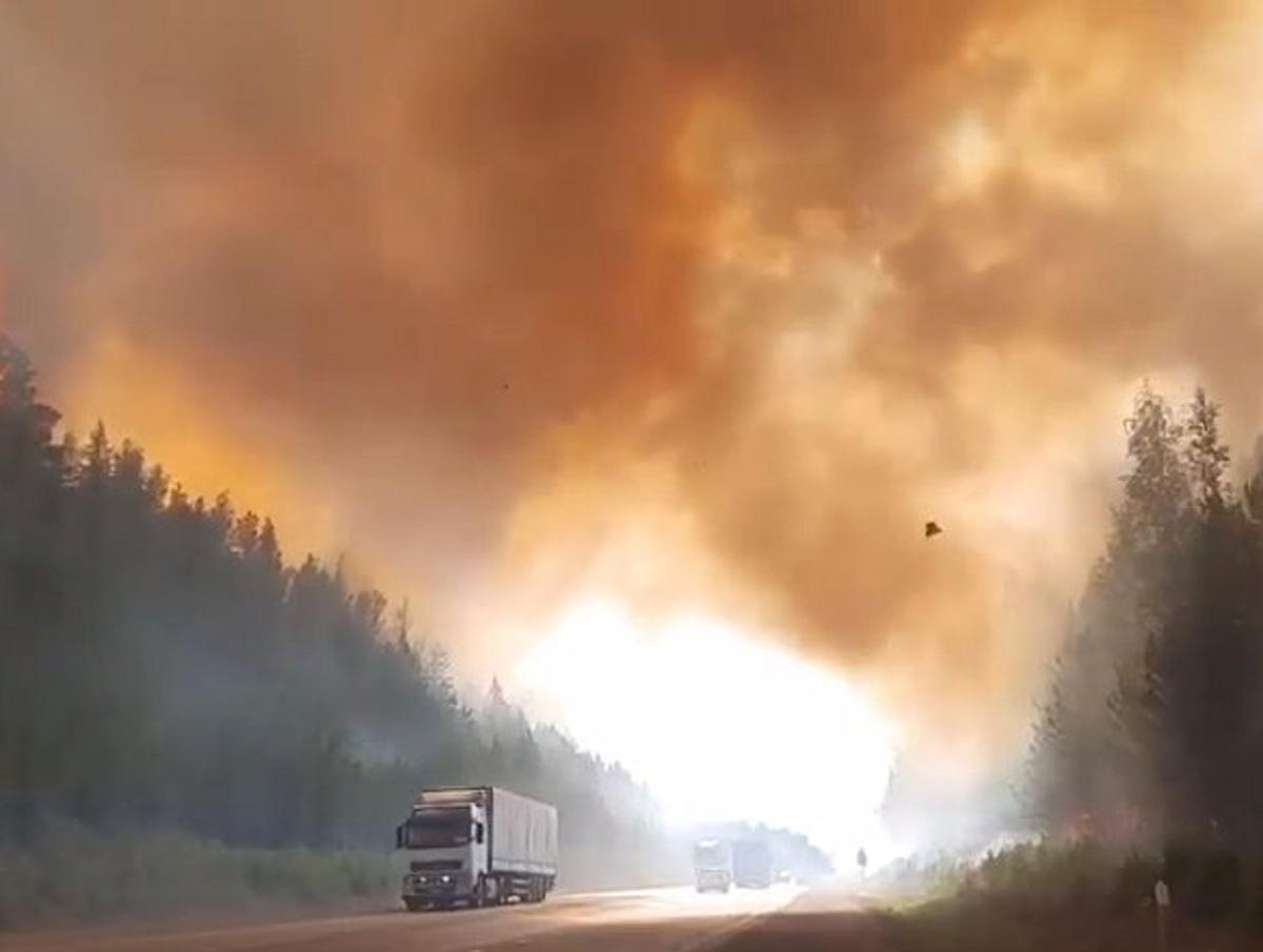 «Дорога ярости»: Собчак показала мощный пожар, перекрывший трассу на Урале